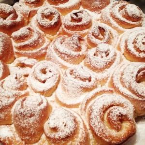 Torta di rose con crema di burro e zucchero
