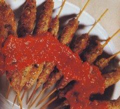 Spiedini di carne trita con salsa piccante