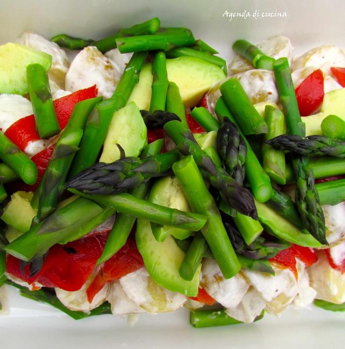 Insalata agli asparagi peperoni e lattuga