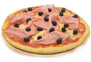 Pizza alla mortadella e olive nere