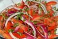Insalata di pomodoro al basilico fresco