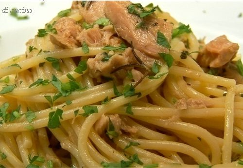 Spaghetti al tonno e pinoli