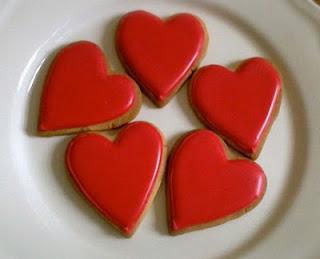 Biscotti cuoricini alla glassa rossa