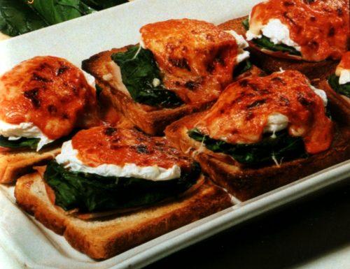 Pan carrè alle uova in camicia e spinaci