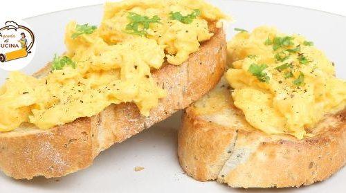 Uova cremose su crostini di pane