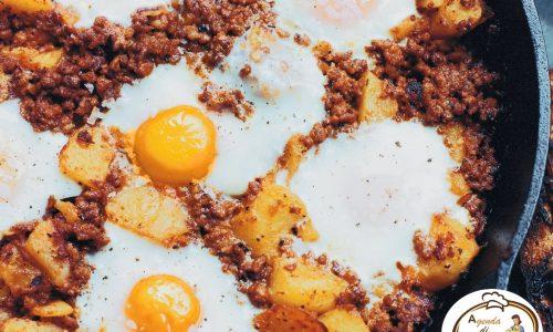 Uova fritte con patate e salsiccia