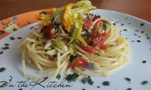 Spaghetti sgombro pomodorini e fiori di zucca