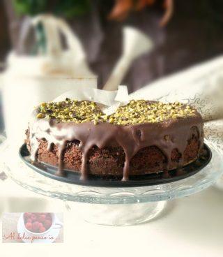 torta tutto cioccolato, pere e granella di pistacchi