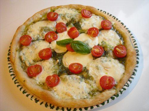 Pizza al pesto con bufala e pomodorini!