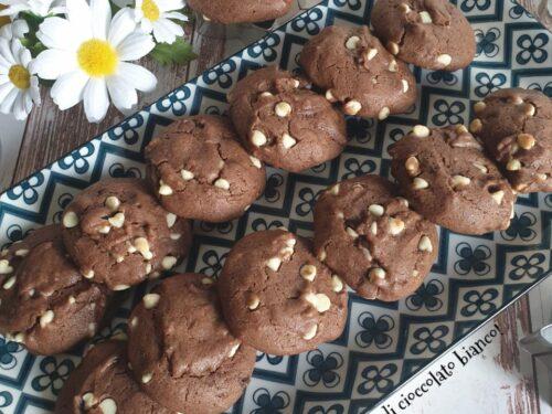 Biscotti al cacao con gocce di cioccolato bianco!