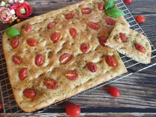 Focaccia con pomodorini e origano, con semola integrale
