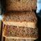 Pane integrale in cassetta con pomodorini e olive