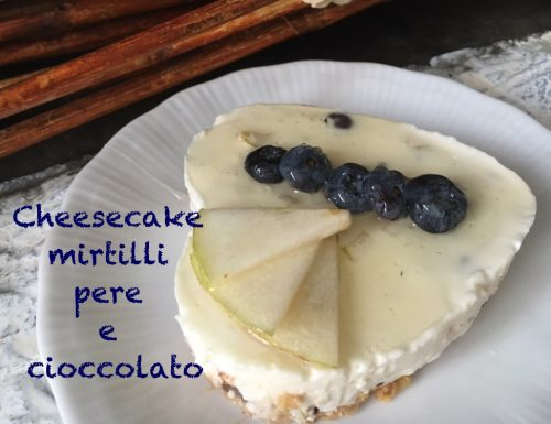 cheesecake ai mirtilli, pere e cioccolato