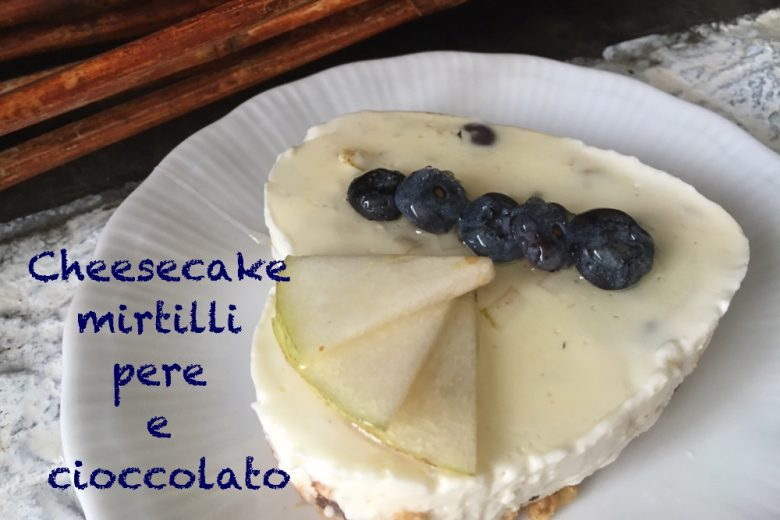 cheesecake ai mirtilli, pere e cioccolato