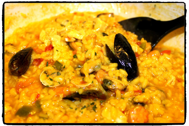 Paella veloce di carne e pesce