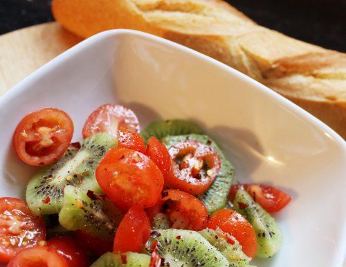 #pranzoinufficio Insalata di pomodorini, kiwi e peperoncino rosso