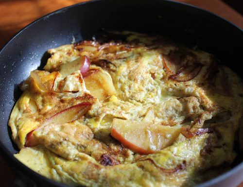 Frittata di mele e cipolle al curry