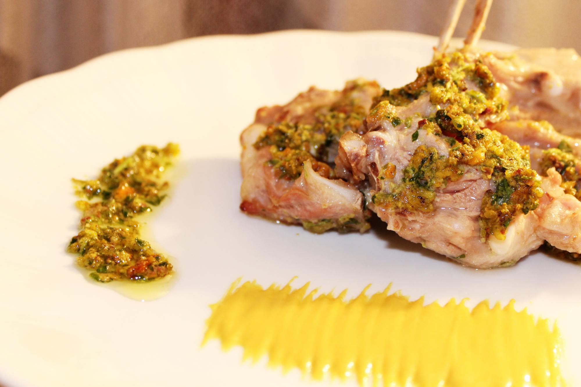 Costine di agnello al prezzemolo, pistacchi, senape e miele