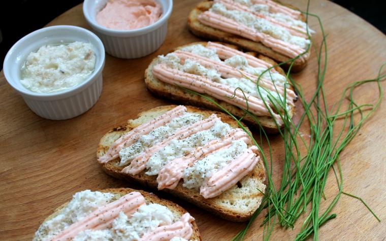 Crostoni con aglio e aneto alla mousse di salmone e baccalà