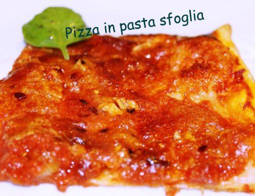 Pizza in pasta sfoglia con aglio e parmigiano