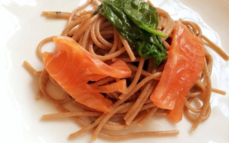 Spaghetti di farro al salmone e spinaci