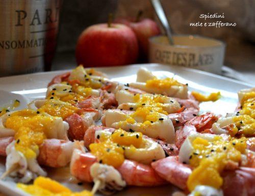 Spiedini gamberi e calamari con mele e zafferano