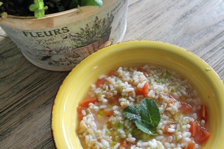 zuppa di orzo farro e riso con pomodori e agrumi