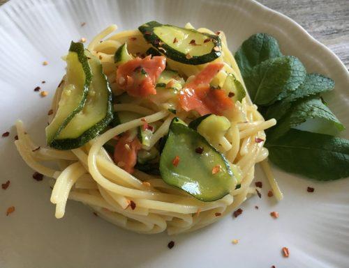 Spaghetti zucchine e salmone aromatizzati alla menta