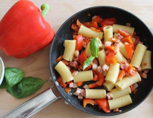 Mezze maniche peperoni e pancetta affumicata
