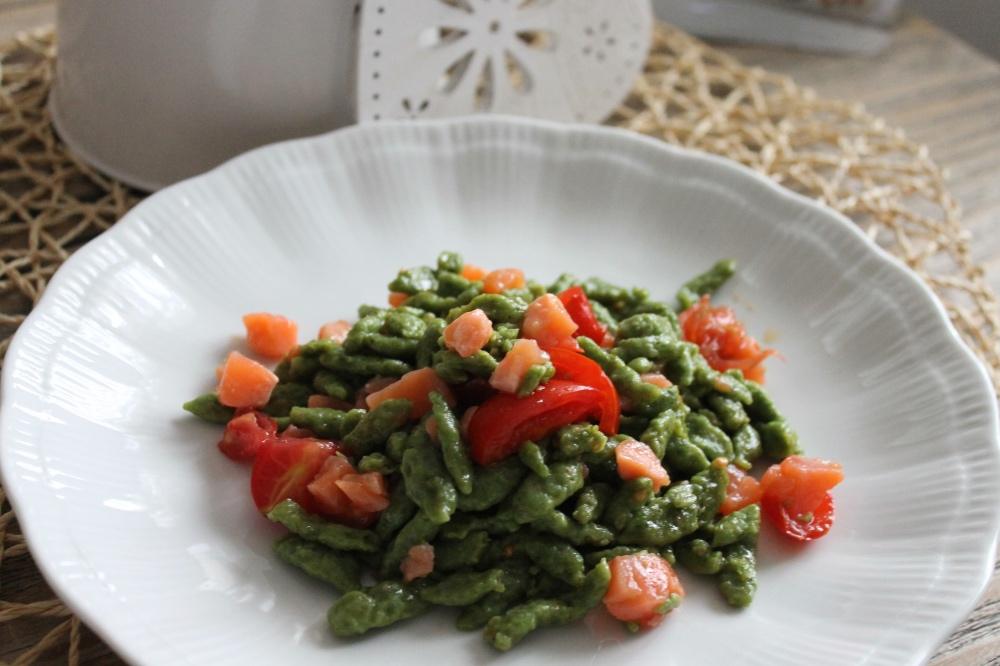 Spatzle agli spinaci con pomodorini e salmone blumirtillo - Come cucinare gli spatzli ...