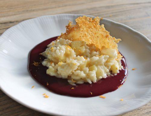 Risotto alla frutta e Asiago su riduzione di Friularo con cialde di formaggio e pangrattato