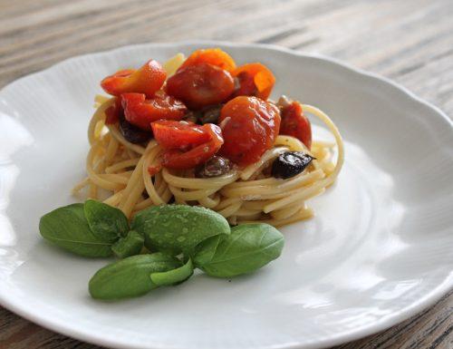 Spaghetti con tonno, pomodorini, acciughe e capperi
