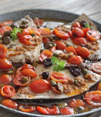 Spada ai pomodorini, olive, alici, capperi e crema di pomodorini secchi