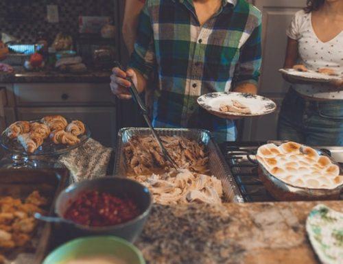 Idee per risparmiare il tempo in cucina quando ci sono ospiti (e godersi la serata)