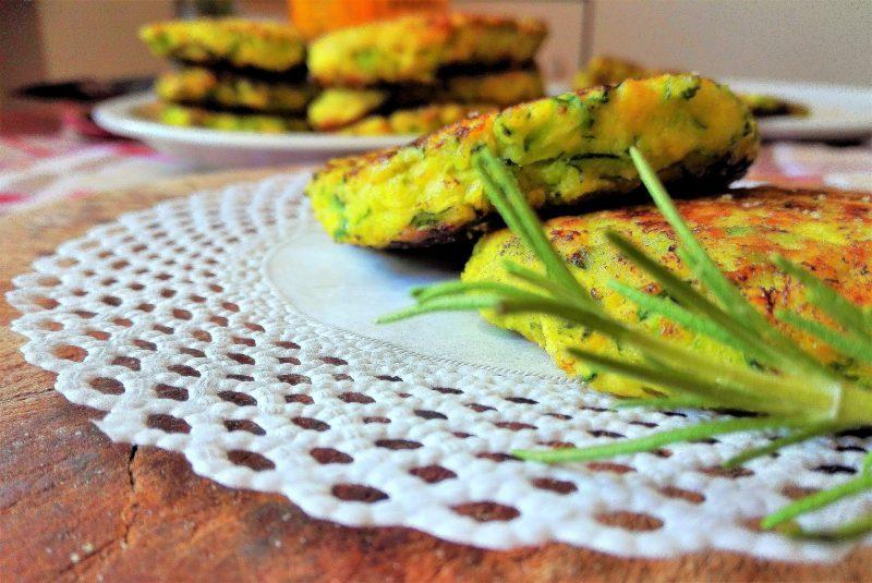 Frittelle di zucchine con curcuma e pepe