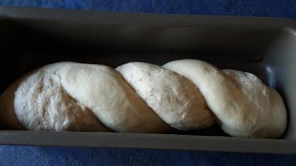 Pane intrecciato con lievito naturale