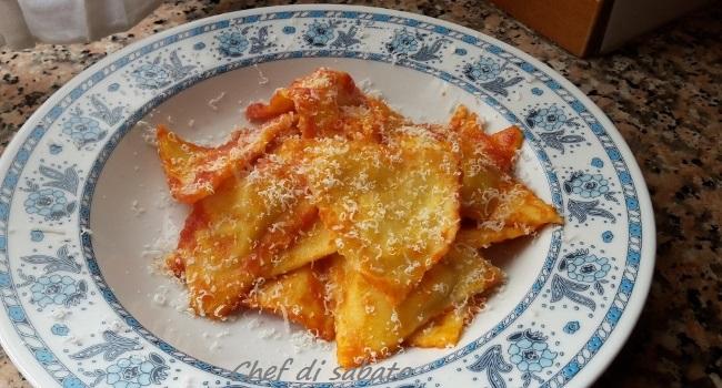 Ravioli ai formaggi con sugo di pomodoro