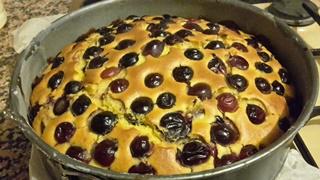 Torta morbida con uva nera