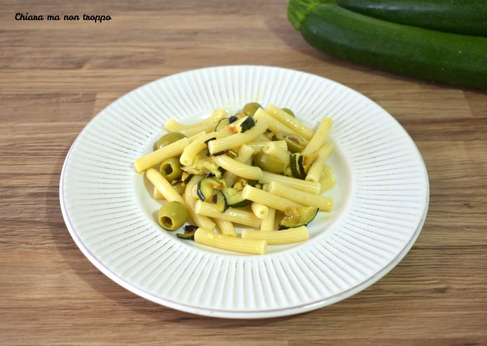 Pasta fredda con zucchine e olive