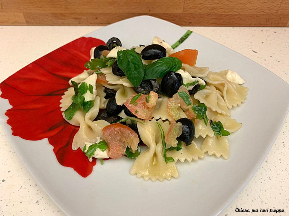 Pasta fredda con mozzarella pomodoro e olive
