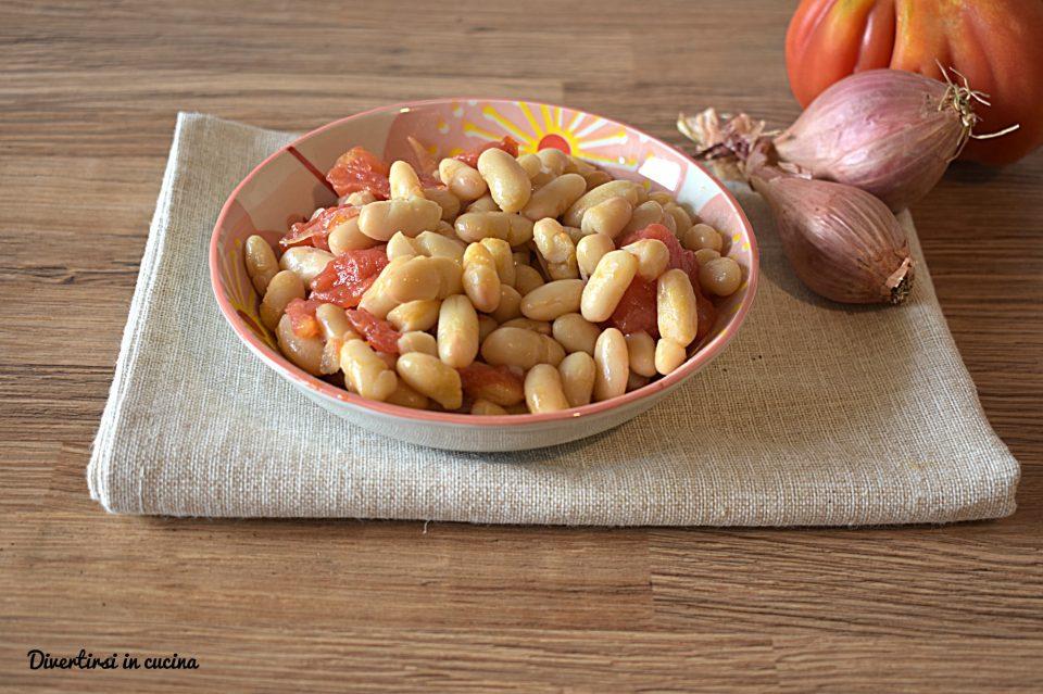 Fagioli cannellini e cipolla in insalata