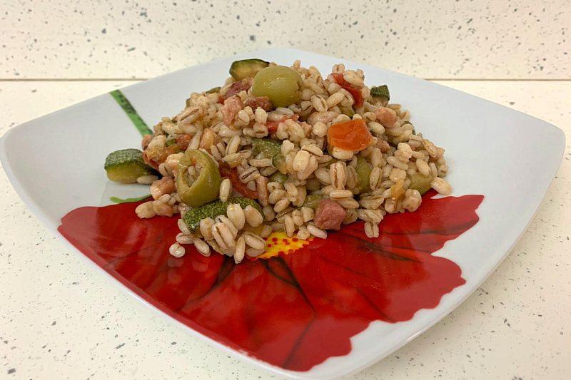 Orzo con zucchine pomodorini e olive