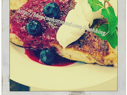FRENCH TOAST CON SALSA ALLO YOGURT&MIRTILLI