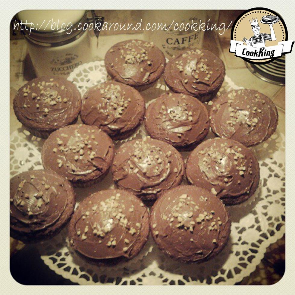Cupacake al cioccolato con copertura alla nutella e granella di nocciole