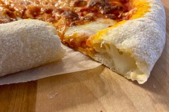 Pizza con bordi farciti