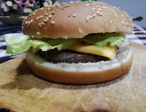 Panino con hamburger e patatine