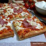 Pizza al taglio con salame e funghetti