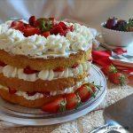 Naked cake con crema al mascarpone e fragole
