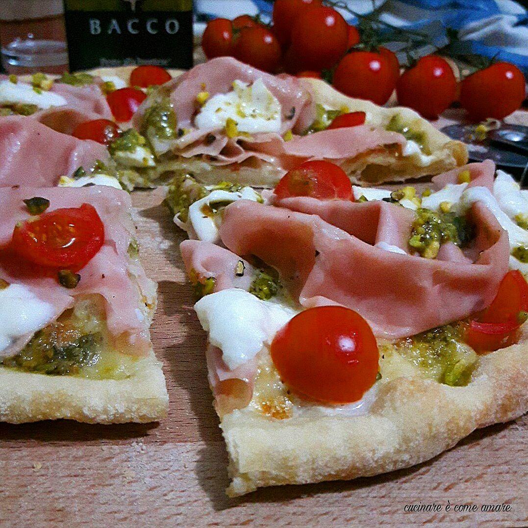 Pizza bianca con pesto di pistacchi e mortadella for Pizza con planetaria