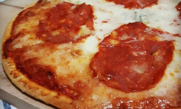 PIZZA PIADINA con salame piccante e gorgonzola